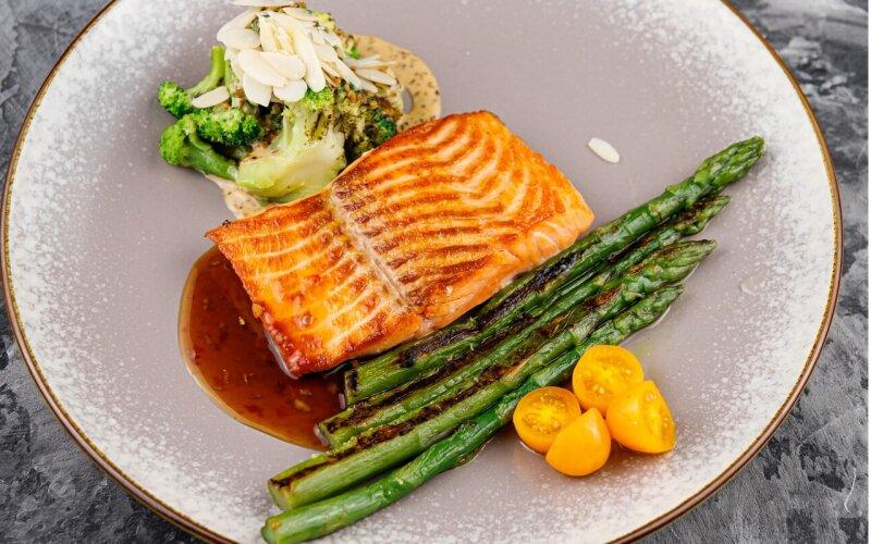Стейк из лосося со спаржей и брокколи