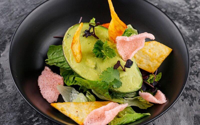 Тартар из тунца с пюре авокадо и манго