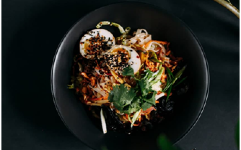 Салат с рисовой лапшой и цукэмоно