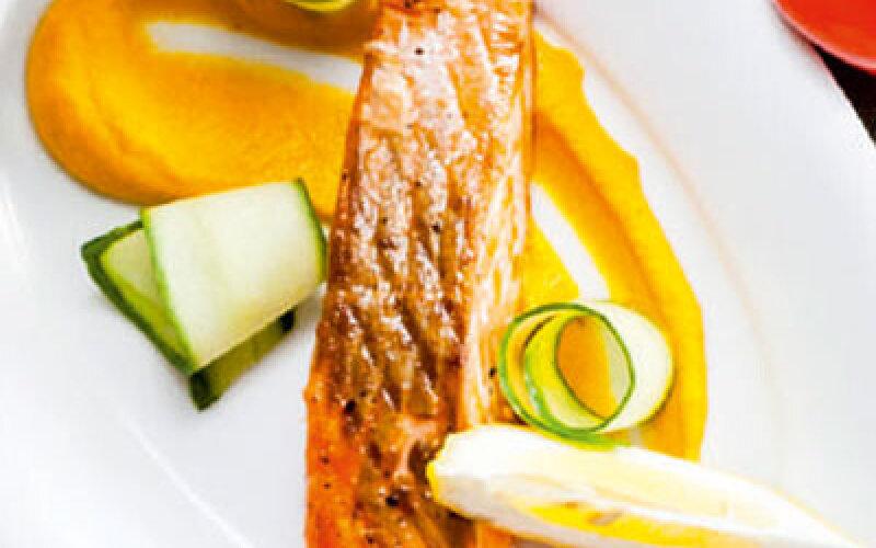 Спинка лосося с морковным кремом