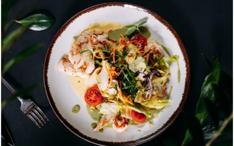 Салат с креветками и кальмаром карри