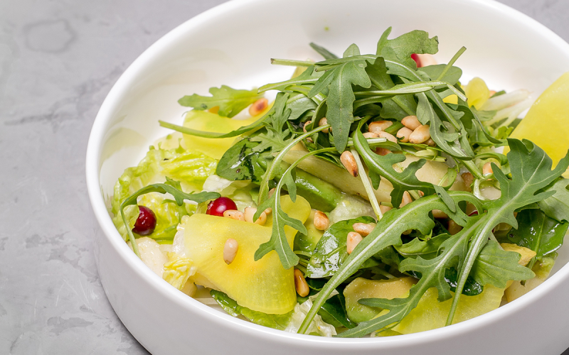 Салат с авокадо, грушей и клюквой
