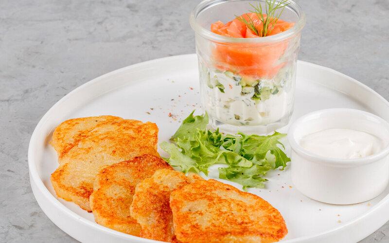 Драники с лососем и сливочным сыром