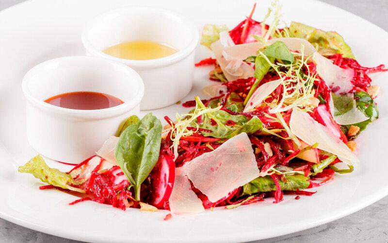 Салат из сезонных овощей с тыквенными семечками и острым соусом из мёда акации