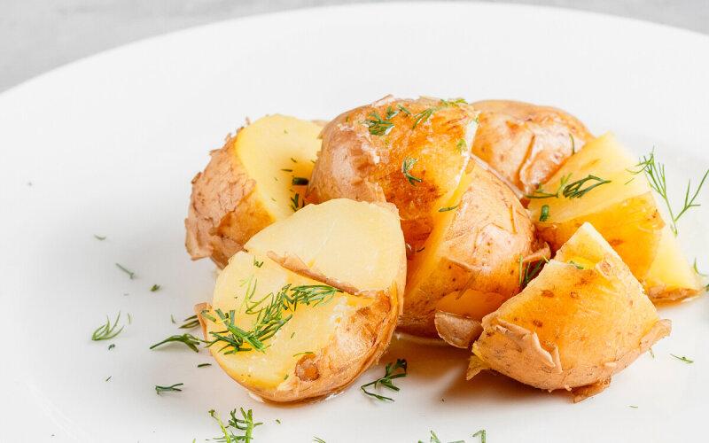 Отварной картофель с укропом