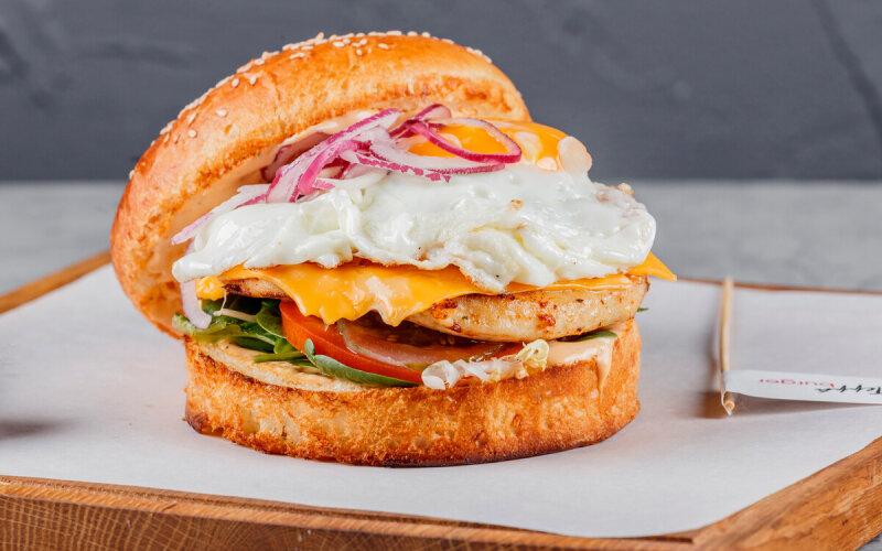 Бургер с цыплёнком и соусом «Гриль»
