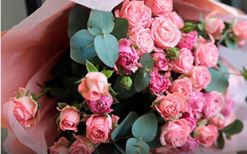 Букет из пионовидных и 9 кустовых роз сорта «Bombastic»