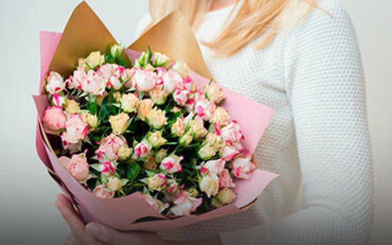 Букет из 11 кустовых роз «Микс» с упаковкой