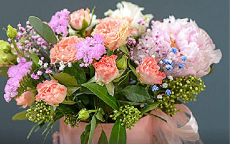 Композиция из цветов в шляпной коробке размер M