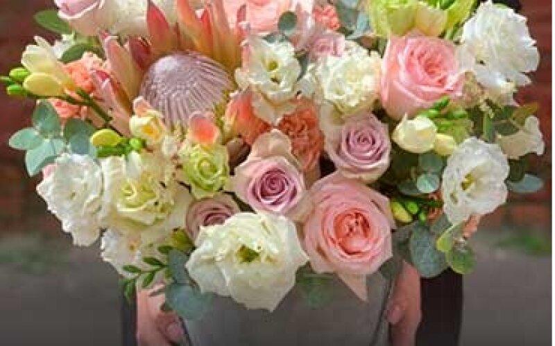 Композиция из цветов в шляпной коробке размер L