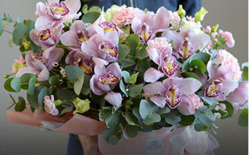 Композиция из цветов в шляпной коробке размер L «Орхидея»