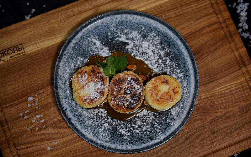 Сырники с солёной карамелью и арахисом