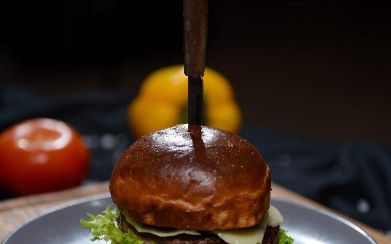 Бургер с говядиной, щекой и луковым мармеладом