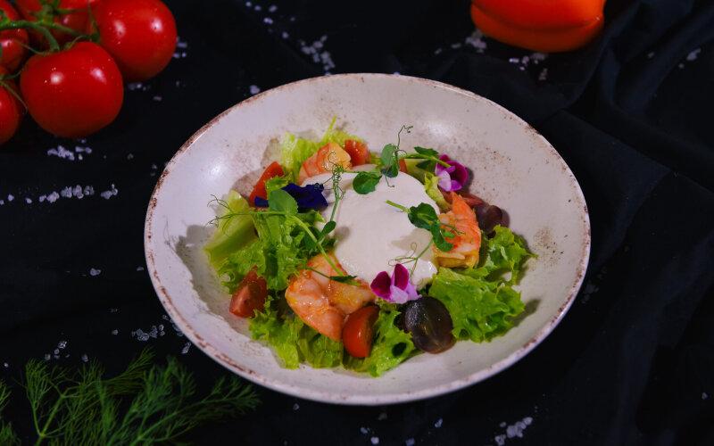 Салат с креветкой и ферментированным виноградом