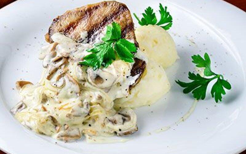 Язык-гриль с соусом грибным и картофельным пюре