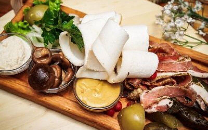 Свиное сало с луком, огурцом, аджикой и зеленью