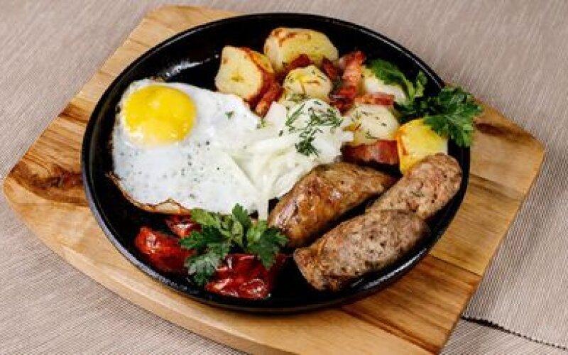 Деревенская сковородка с картофелем, яйцом, маринованным лучком и томатами