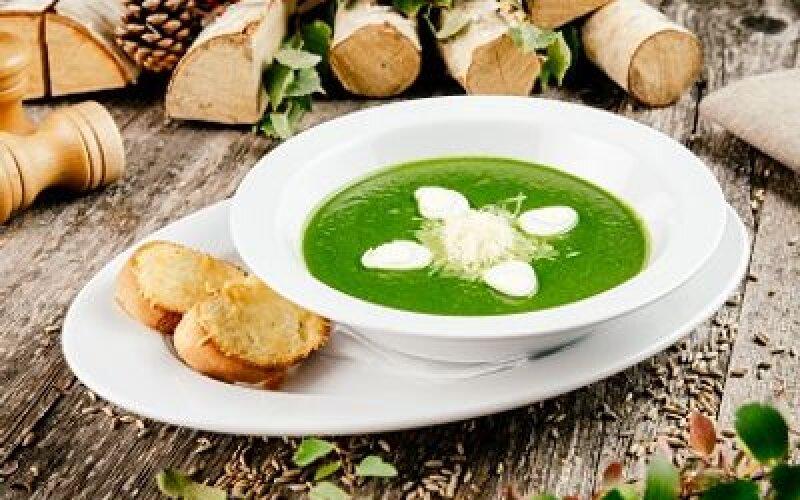 Крем-суп из шпината с перепелиными яйцами