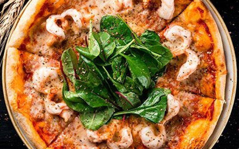 Пицца с креветками и шпинатом