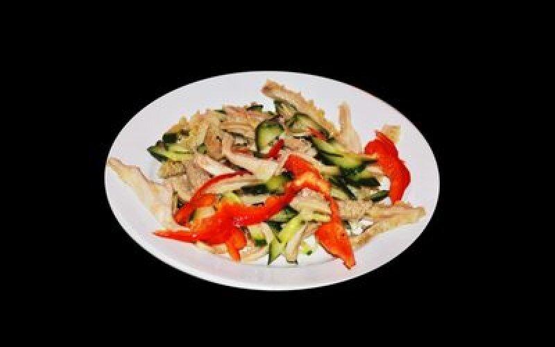 Салат с говяжьим рубцом и овощами