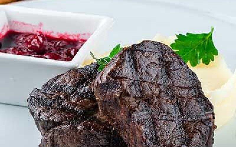 Филе-миньон из говяжьей вырезки с соусом Черри и картофельным пюре