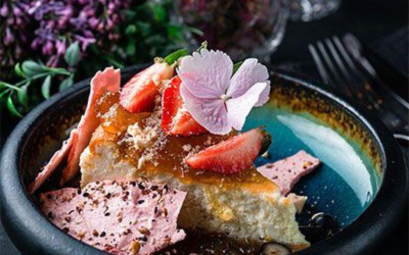 Сырный пирог с ягодами и клубничным соусом