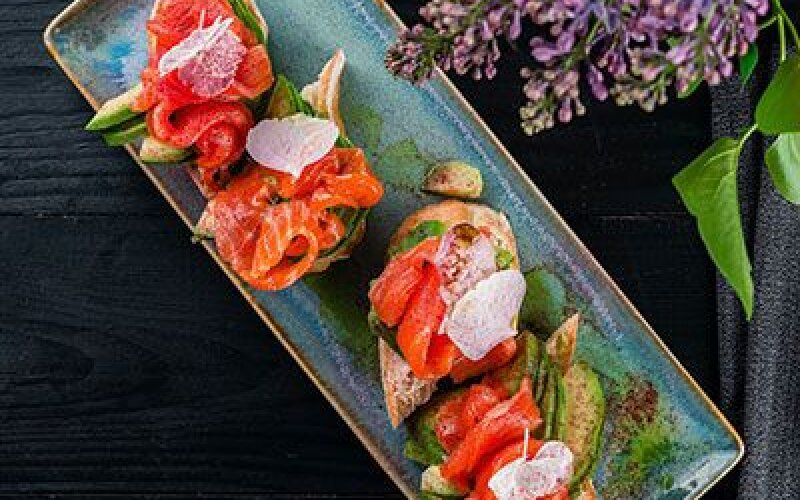 Брускета с лососем, авокадо и сливочным сыром