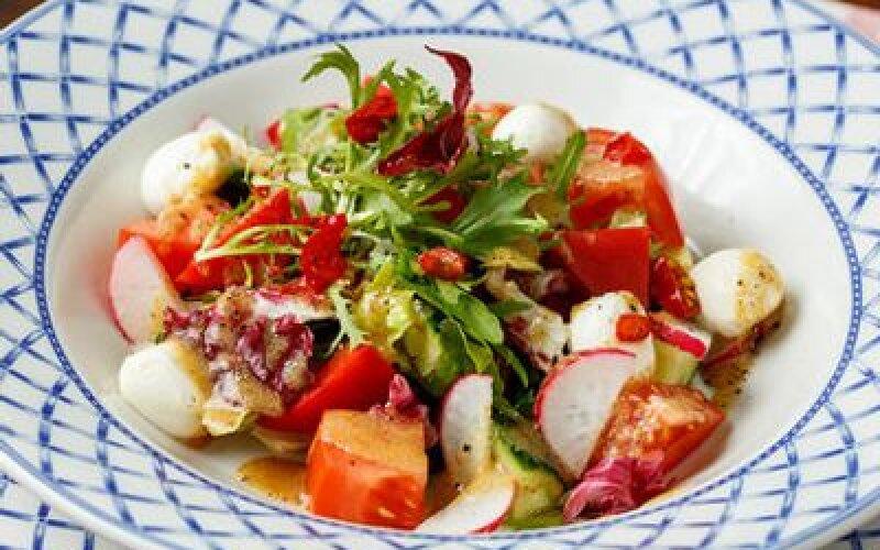 Баварский овощной салат с кальмаром