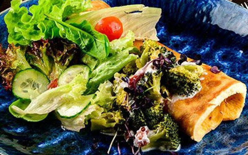 Омлет с брокколи и колбасками