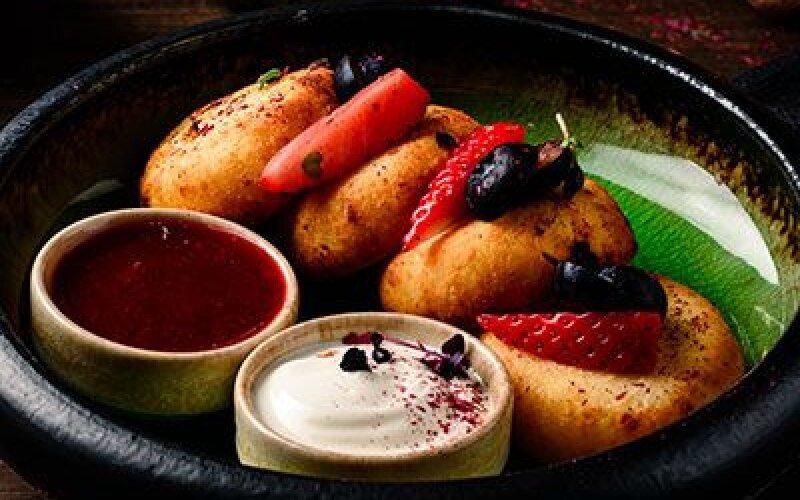 Сырники со сметаной и клубнично-базиликовым соусом