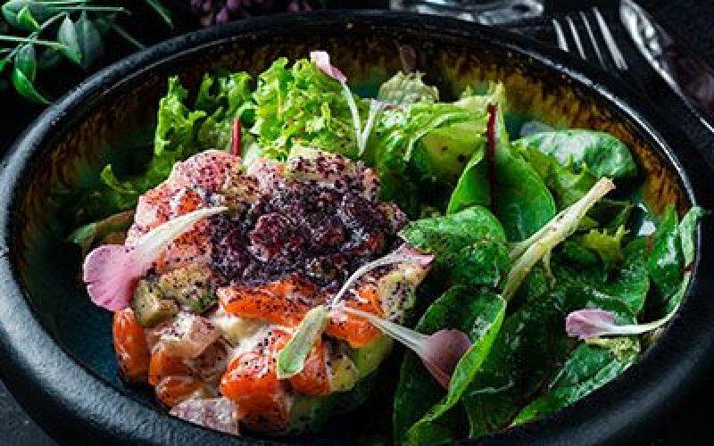 Салат  c малосоленым лососем и авокадо