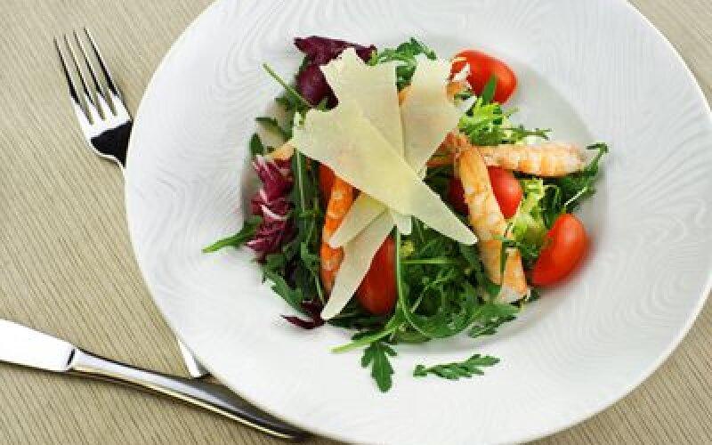 Салат из рукколы с томатами черри и хвостами креветок