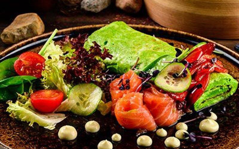 Зеленый омлет с лососем