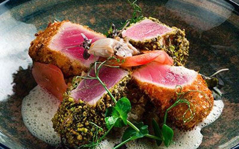 Филе тунца с киноа и соусом на основе устриц