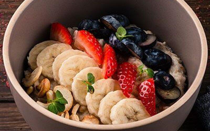 Овсянная каша на кокосовом молоке с ягодами