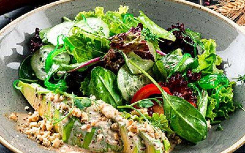 Салат с авокадо и вакаме водорослями