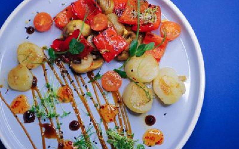 Морской гребешок с овощами и грушей