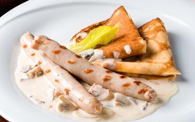 Блинчики с колбасками и грибным соусом