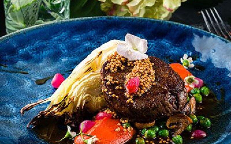 Стейк тендерлоин  с подкопченой капустой и сезонными овощами