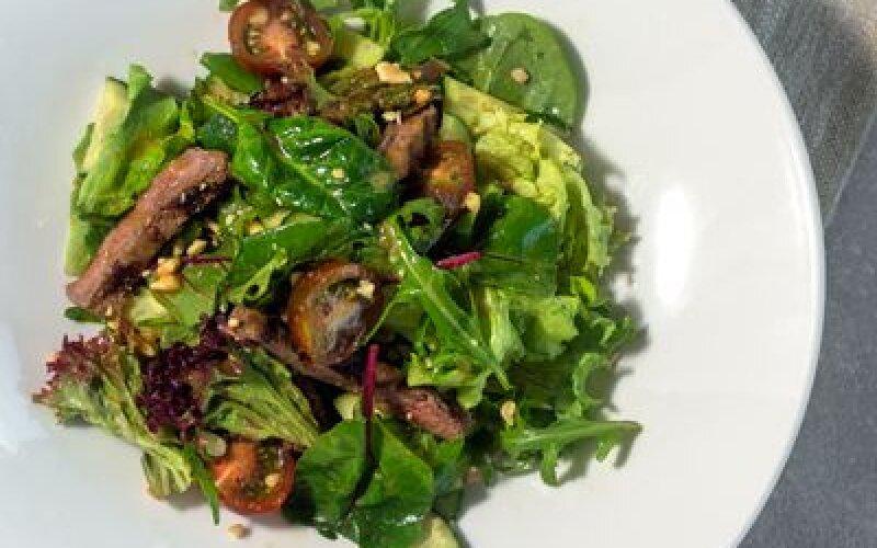 Тёплый салат с телятиной и разными зелениями