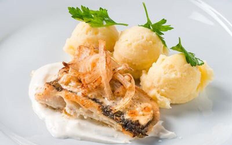 Рыба,запеченная в сметане с луком и картофельным пюре
