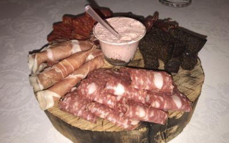 Тарелка мясных деликатесов