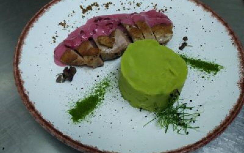 Нежное утиное филе с вишневым соусомна подушке из пюре с зеленью