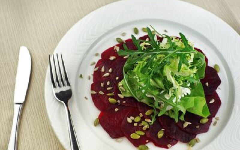 Салат из свеклы с семечками,рукколой и нежным кремом из брынзы