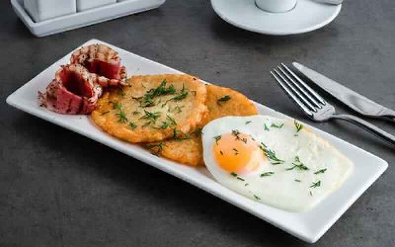 Драники с яйцом и беконом