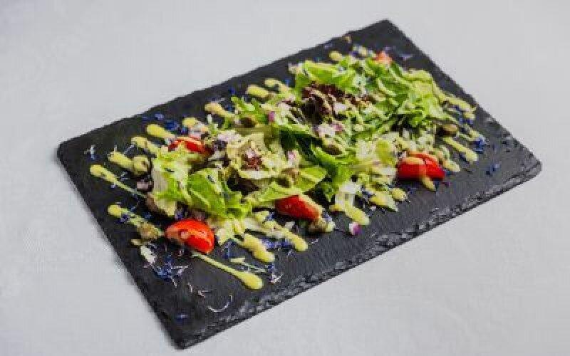 Ростбиф деликатного приготовления с горчичным соусом и свежими овощами