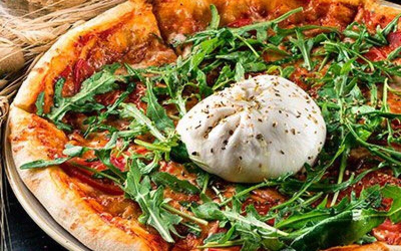 Пицца с бакинскими томатами и сыром буррата