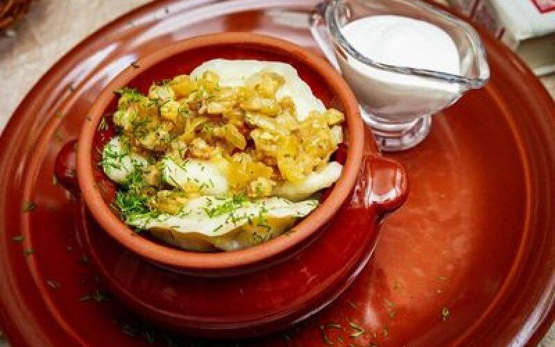 Вареники с картофелем, обжаренным луком и шкварками