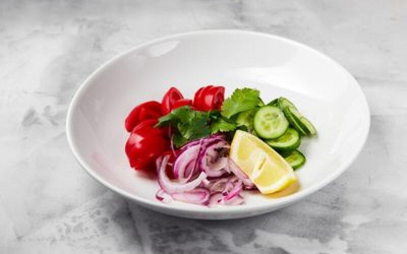 Салат из узбекских томатов, азербайджанских огурцов и мадерский лук