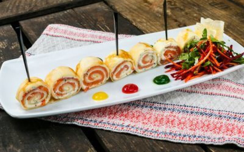 Роллы из блинчиков с семгой, мягким сливочным сыром и зеленым салатом